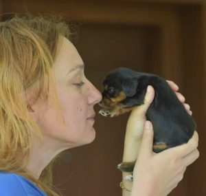 Nicoleta Oprea con uno de sus cachorros